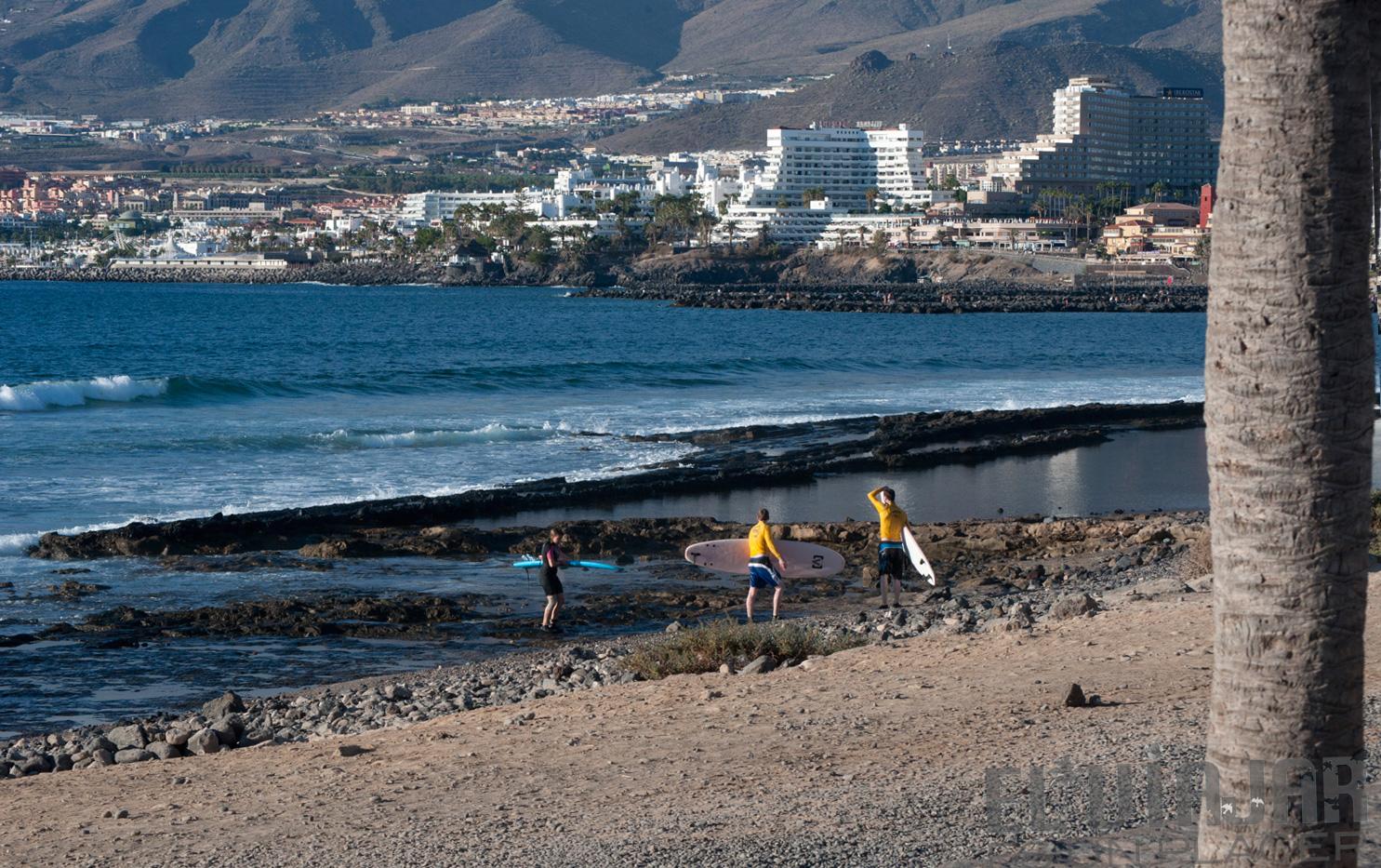 Dos surfistas se preparan para entrar al agua. ©El Viajar es un Placer