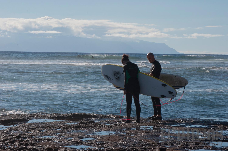 Un par de surfistas observan antes de entrar al agua. Practicando surf en Tenerife. ©El Viajar es un Placer