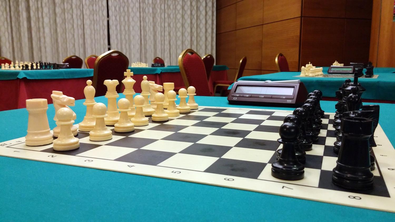 Una mesa del hotel con un tablero de ajedrez.