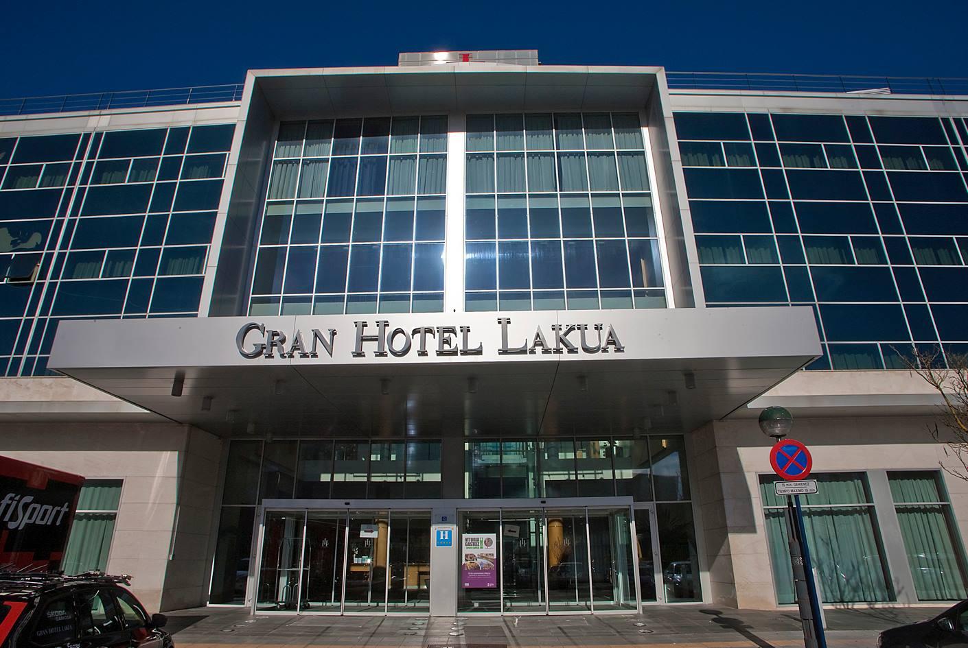 La fachada principal y puerta de entrada del Gran Hotel Lakua