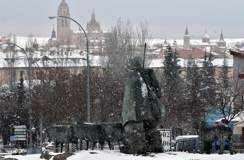 La estatua del pastor y la Catedral de fondo. ©El Viajar es un Placer
