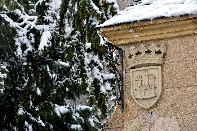 Un escudo en la puerta de entrada a los jardines del Alcázar. ©El Viajar es un Placer