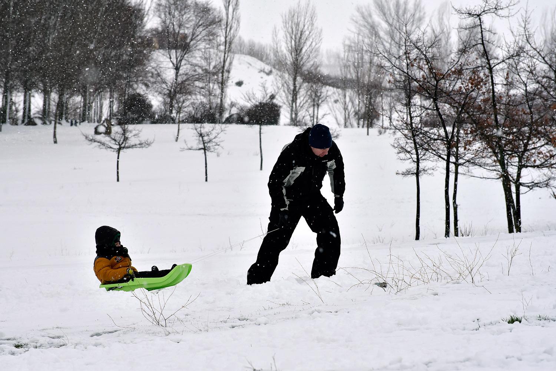 Un hombre y su hijo disfrutan de la nieve. ©El Viajar es un Placer
