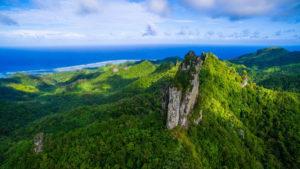 La impresionante ruta hacia la roca sagrada de las Islas Cook
